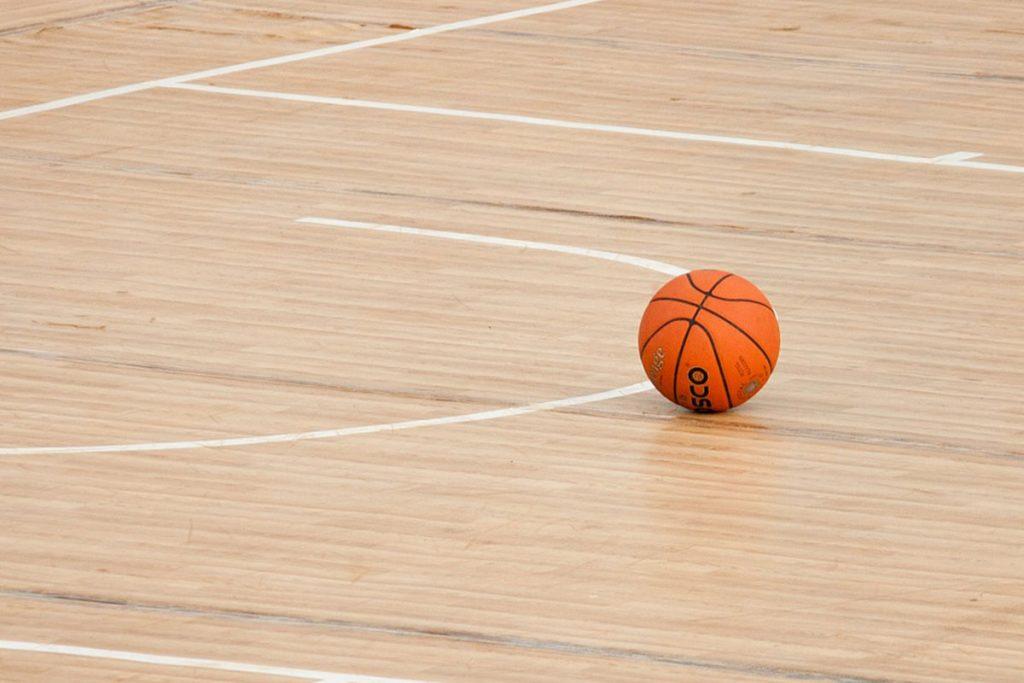 Palla da basket ferma sul parquet