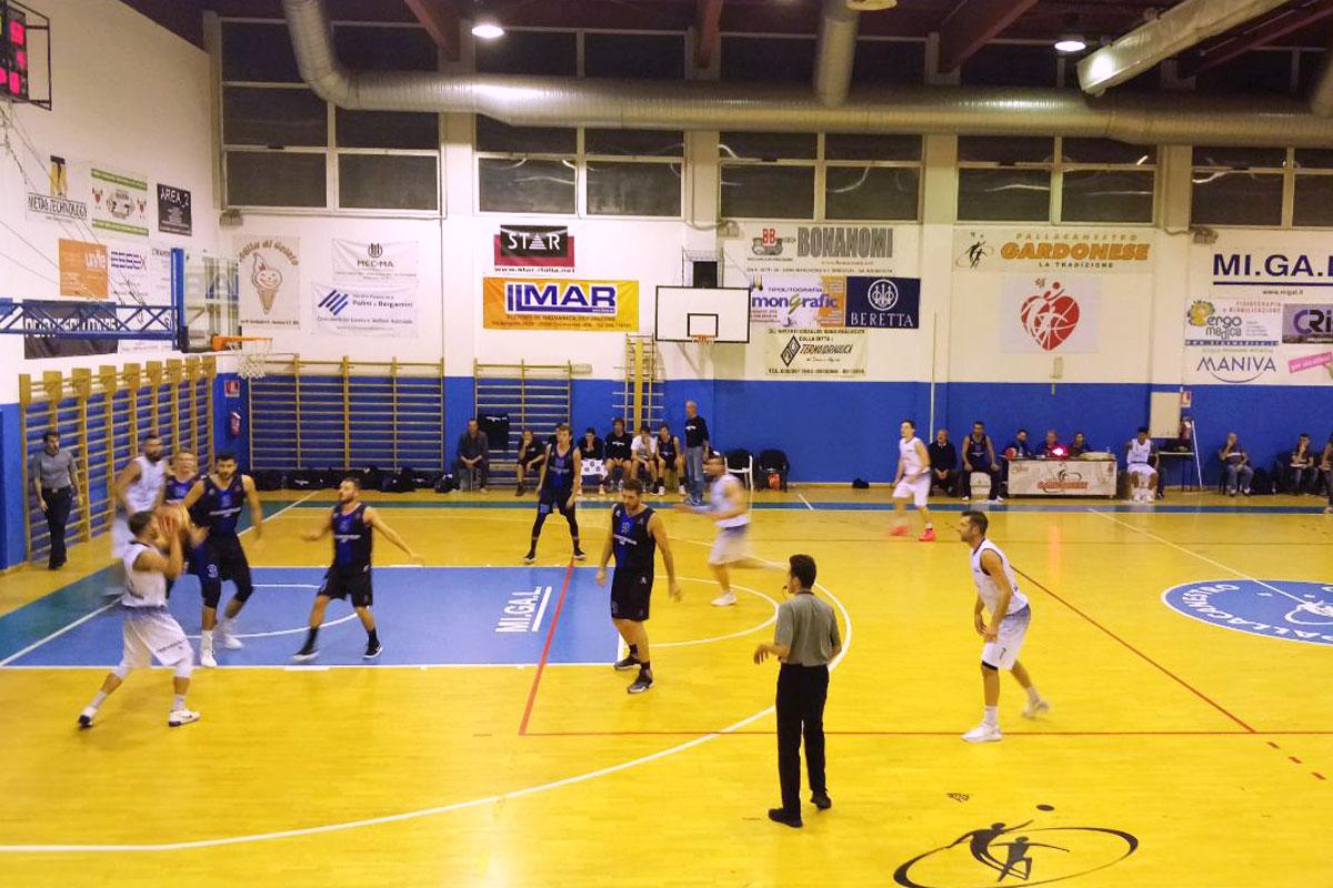 Giocatori idi basket in azione d'attacco sul parquet del PalaItis