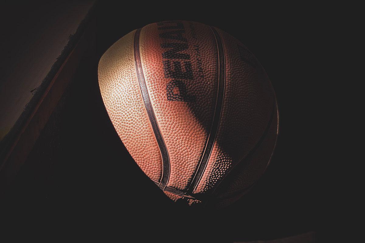 Pallone da basket in penombra