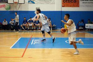 Palleggio in controffensiva di un giovane cestista