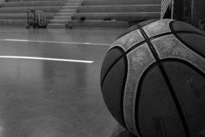 pallone da basket sul parquet