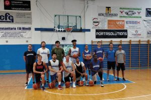 Giocatori di basket in posa sul parquet
