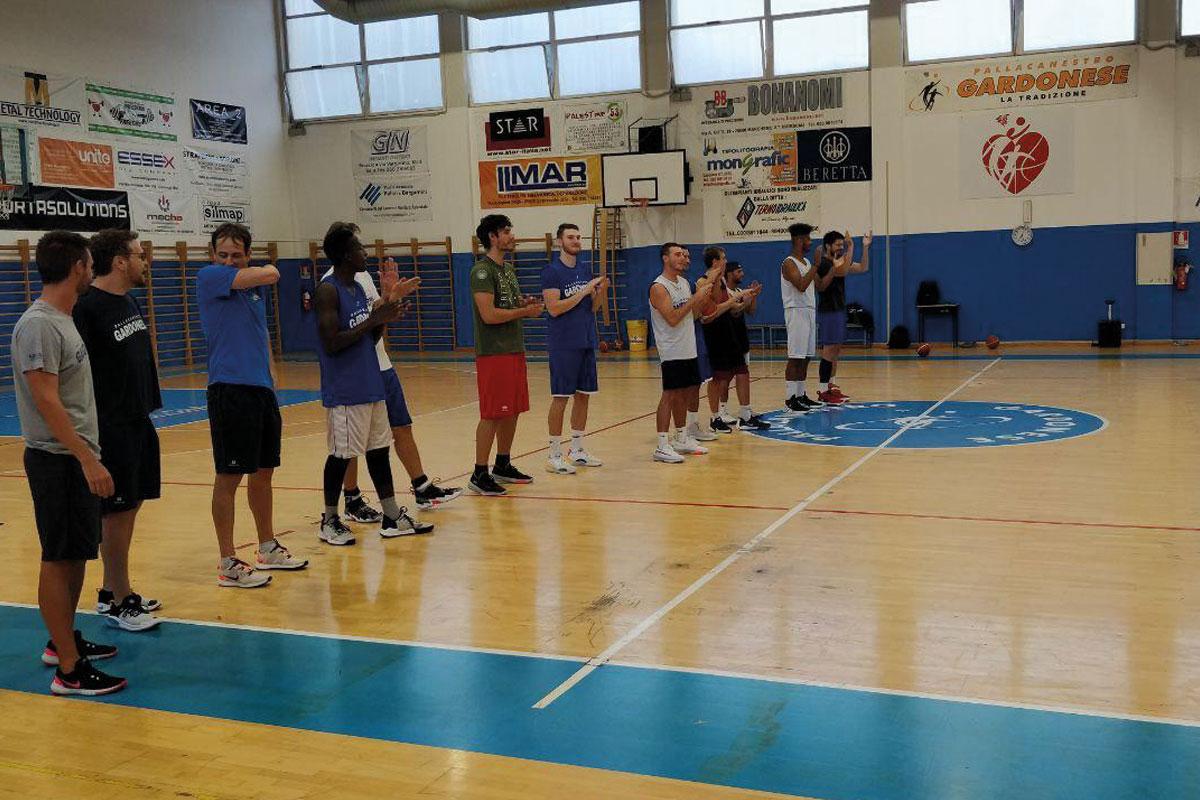 Giocatori di basket schierati in riga sul parquet