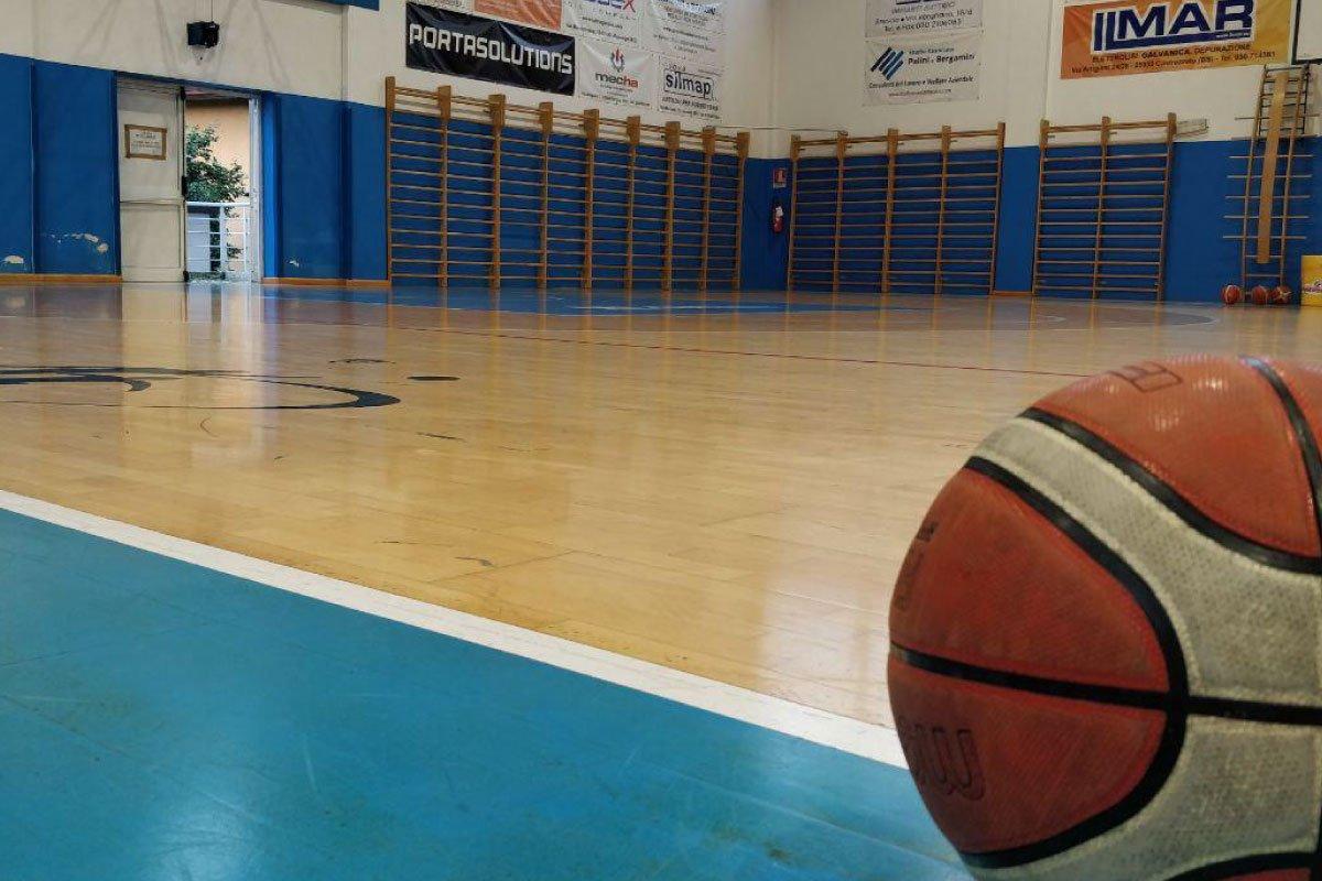 Pallone appoggiato sul parquet di un campo da basket